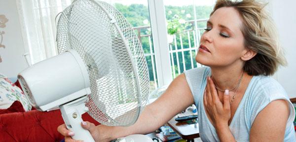 Donna ventilatore caldane vampate