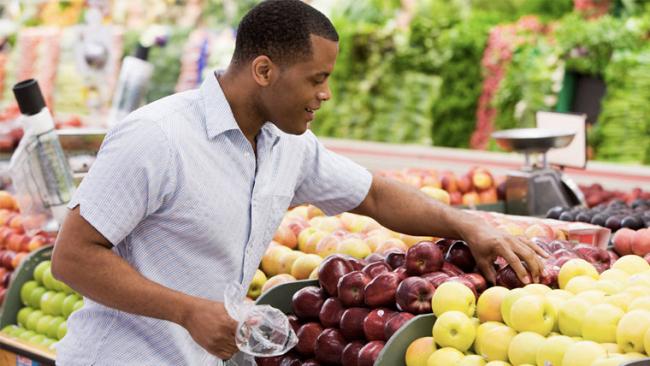 Uomo acquista alimenti sani per combattere una infiammazione alla prostata