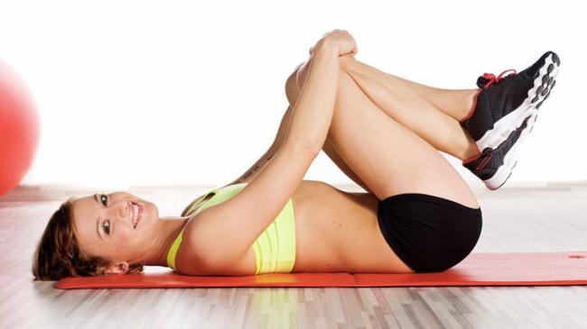 Donna che pratica gli esercizi di Kegel
