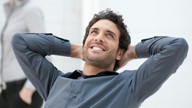 Uomo ottimista affronta problemi con metodi naturali