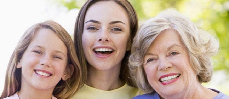 Bambina, giovane madre e donna adulta