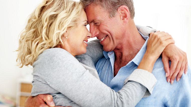 Coppia di mezza età abbracciata e felice