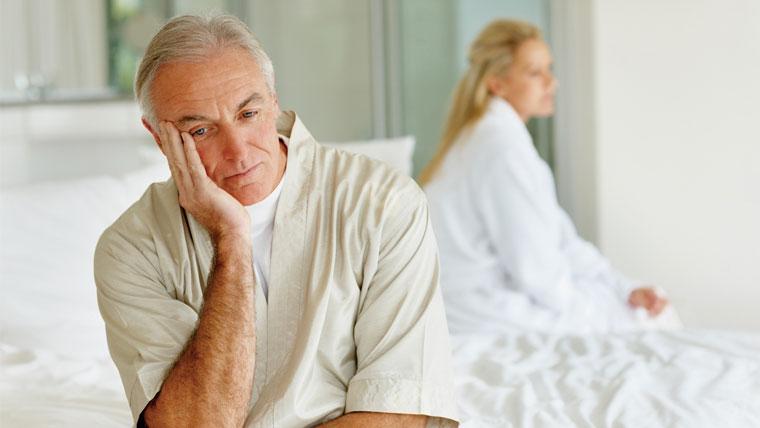 Sintomi dell'andropausa, uomo seduto pensieroso