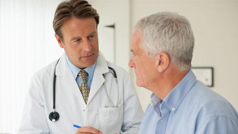 Uomo anziano in uno studio medico per esami andropausa