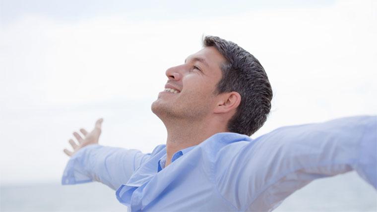 Uomo in salute a braccia aperte