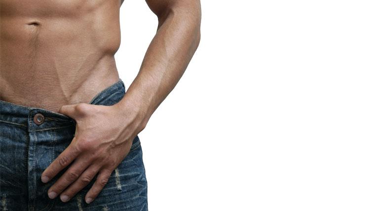 Uomo a petto nudo con una mano nei jeans